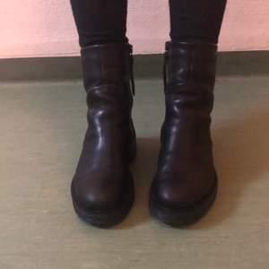 Så sjukt snygga boots från Sneaky Steve (Solid w black sky). Mjukt men robust läder och varmfodrade med syntetisk päls. Jättebekväma och varma, perfekta vinterskor! Mycket bra skick, använda 3-4 ggr. Köpta för 1799 kr, säljer för 750 kr.   Kan mötas upp i Stockholm, annars fraktar jag mot avgift.