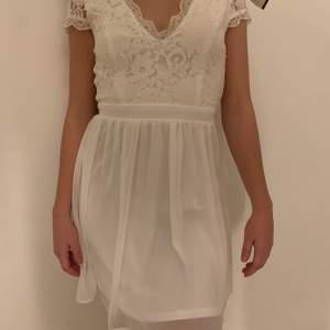 Superfin vit klänning som aldrig kommit till användning med lappen kvar!! Den är i storlek 36 och de e bara att höra av er vid intresse😊