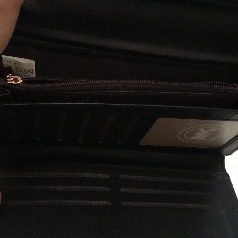 Köpt från Spanien för ca400kr, säljs för 200. Jag kan mötas upp, men om det önskas frakt så står Jag inte för frakt eller postens slarv. . Väskor.