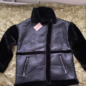 En jätte mysig, varm och classy svart päls och skin jacka i storlek 40. Helt oanvänd. Passar perfekt till höst och vinter! Köpt för 1100kr.