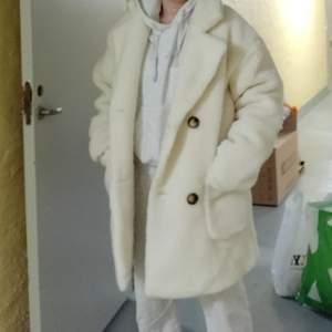 Cream Borg Midi Coat från Prettylittlething , oanvänd.