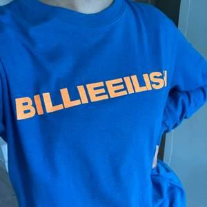OG Billie Eilish merch inköpt på hennes konsert februari 2019 💙 Sjukt fin, endast använd max 3 gånger, dvs mycket fint skick! 🥰 Tryck på båda ärmarna och på bröstet. Färgen gör sig rättvis på sista bilden. Oversized small! Funkar på xs/s/m ✨✨✨✨