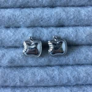 Silvriga äpple örhängen, aldrig använda endast legat i smyckeskrinet. Alla smycken desinficeras innan köp! Se profil för fler annonser😋✨