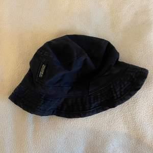 Säljer min bucket hat som är i ganska bra skick. Märket är Benetton men jag köpte den från secondhand