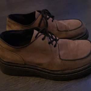 Skitsnygga skor som är köpt på secondhand! Begagnat skick, men ett riktigt kap ändå! Perfekt för en retro-look. Frakt ingår💞