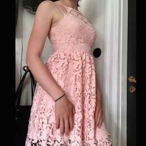 Ljus rosa spets klänning köpt på Zalando🥰 dragkedja och knapp i bak, använd ca 2gr och köpt för ett år sedan (har bara legat i garderoben sedan dess) säljs pga att den är lite för liten🥰 Frakt ingår i priset!