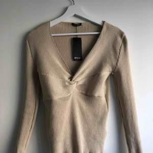 Helt oanvänd bekväm stickad tröja från Nastygal i stretchigt material. Superfin, men säljer pga var aningen för stor för mig!