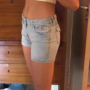 Fina lågmidjade shorts som kan vara uppvikta, nerfällda eller som på bilden om smaken faller in;), säljer för att de sitter för tight på mig som är 34-36. Kontakta mig! Kan mötas upp eller frakta,