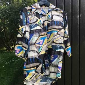 Sjorta med retrokänsla och helt UNDERBART silkigt 80-talstyg. Inköpt i vintagebutik. Knappt använd pga för liten. Trekvartsärm. Ganska lång, men går att klippas av, knytas i midjan. Frakt inkluderad (inom Sverige).