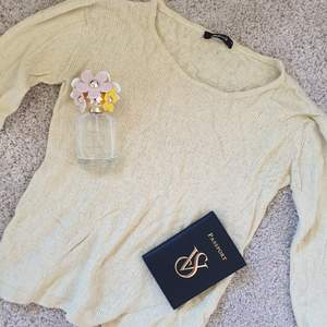 Tunn stickad ljusgul tröja som är perfekt att dra på sig om det blir lite kyligt en sommarkväll! Fraktas snabbt och enkelt! Kram⭐
