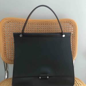 Säljer min svarta Marlene Birger väska då den aldrig kommer till användning. Väldigt sparsamt använd. Avtagbar axelrem finns.   Nypris: 5000 kr  Mitt pris: 1500   Hämtas upp på Södermalm, alternativt skickas mot betalning.