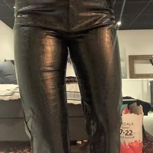 Svarta byxor i ormmönster, läder imiterat material. Tyvärr för små för mig. Jag är 172 cm lång. Pris inklusive frakt💕