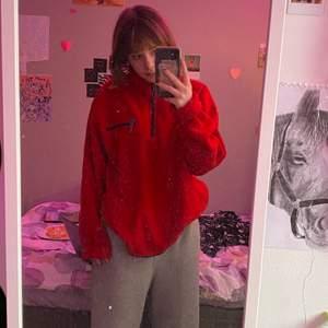 Sparsamt använd röd fleece med halvdragkedja från Everest! Jättecool och trendig! Storlek L så perfekt som oversize men passar även större storlekar! Säljer pga får ingen användning av den. 60kr + 72kr frakt = 132kr totalt!