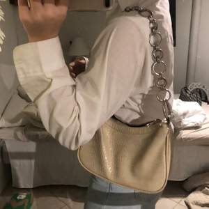Superfin beige väska från Nelly!   (Dragkedjan går inte stänga, därav priset )