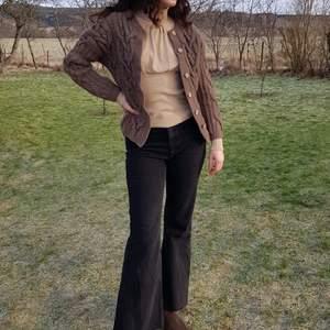 Superfin brun vintage kofta i ull med träknappar. 🌻🍂 Passar bäst XS och S, som är kortare än 170 cm. (Lite kort för mig i ärmarna som är 170) I fint skick, först till kvarn! 💫
