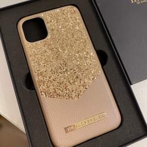 Superfint mobilskal i puderrosa och guld-glitter från Ideal of Sweden. Inga sprickor, något slitet vid två av kanterna. 115kr. Passar iPhone 11 och iPhone XR.