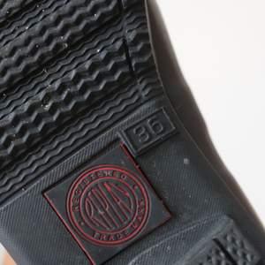 Stövlar i otroligt bra kvalité! I storlek 36. Är använda 2/3 gånger som ni ser på sulan. Utöver det är stövlarna i toppskick. Köpte skorna för 1500 kr. Fri frakt📦