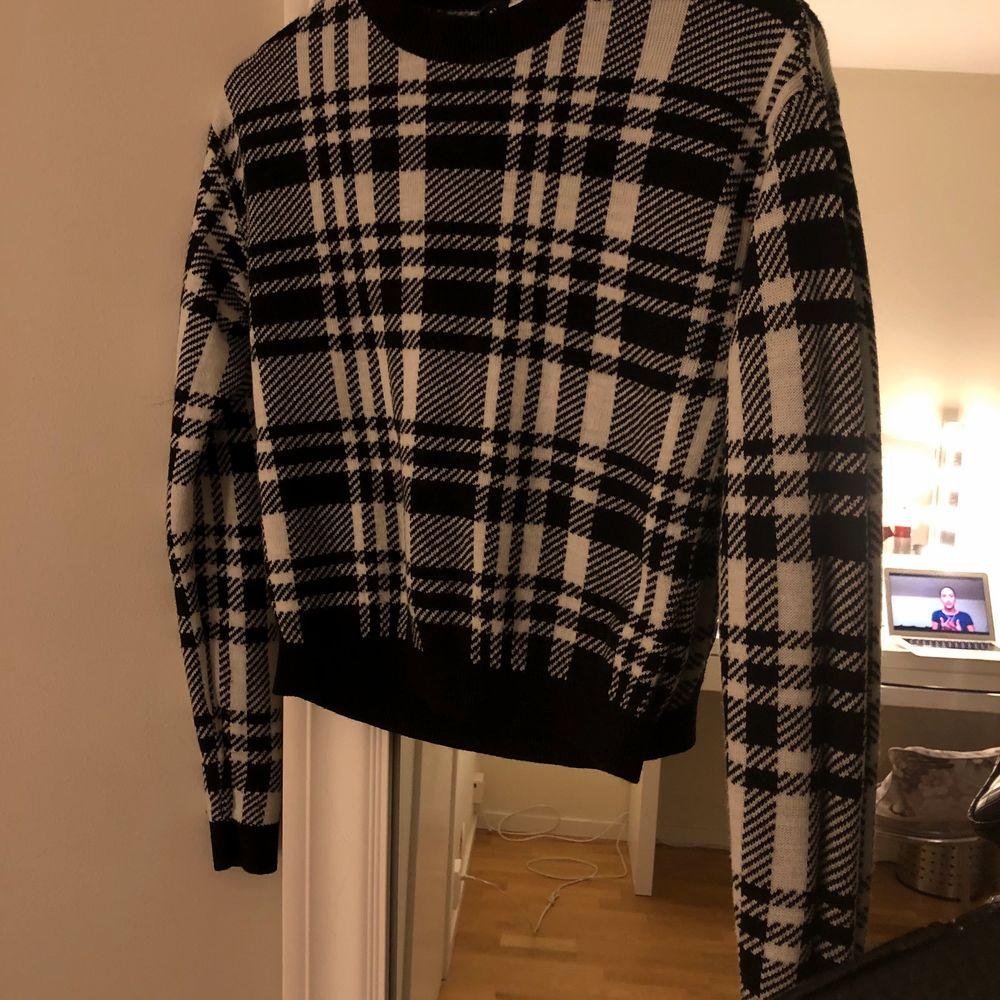 Super fin h&m tröja som aldrig kommer till användning. Passar till jeans och lite allt möjligt. Knappt använd & säljs pga det inte är min stil längre 💕💕. Tröjor & Koftor.