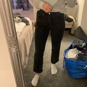 Ett par svarta jeans från Gina Tricot, använda ett år gånger endast så väldigt bra kvalitet! Strl 38, säljer då de är lite stora.