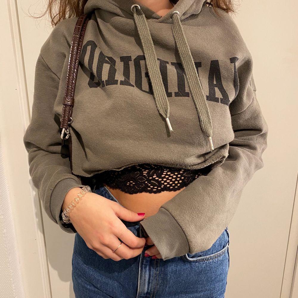 Säljer en Hoodie från hm, storlek S. Använder den aldrig🧸. Huvtröjor & Träningströjor.