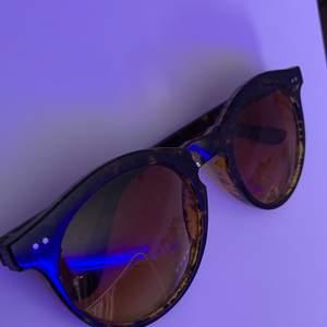 Nästan oanvända solglasögon! Inga repor eller andra skador. Ett par för 30kr eller båda för 40kr💞