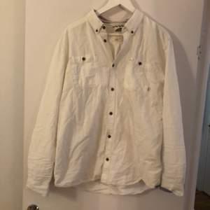 Fin skjorta från märket Vans. Passar en medium med.  Köparen betalar frakten. Har swish & ansvarar inte för postens slarv.