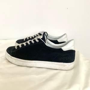 Sneakers från Dinskos premiummärke Linear i mörkblått. Skorna är i äkta skinn/ mocka och är endast använda två gånger. Storlek 40, men passar även 39. Nypris 800 kronor. Kan postas!