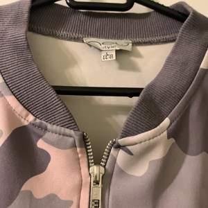 Camouflage tröja, med dragkedja. Rosa, grå och vit. Långärmad. Fin material