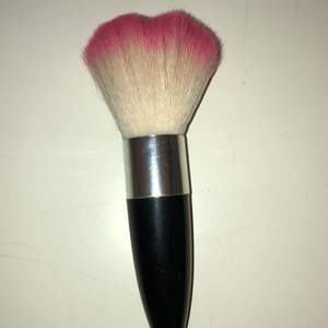 En hjärtformad sminkborste som är rosa längst ut. Har använt den kanske 2 gånger.🥰