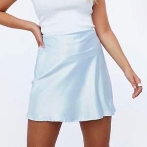 Ljusblå minikjol i siden i storlek L! Helt oanvänd, säljer då jag råkade köpa fel storlek. Midjemåttet är ca 78 cm. Frakt ingår!