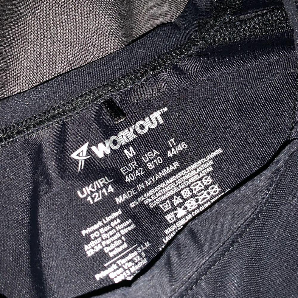 Använd en gång men inte till träning. Croppad i modellen med pastell ränder på axlarna. . T-shirts.