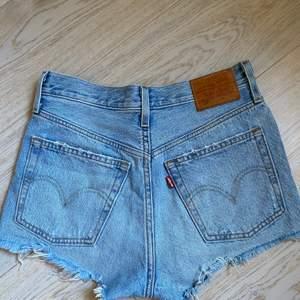 Säljer dessa supersnygga unika Levis 501 shortsen i storlek w25. Knapparna på framsidan är i 4 olika färger: rosa, gul, blå och grön och det är verkligen en skitsnygg detalj! Säljer då de tyvärr inte passar längre. Skriv privat för fler bilder!💕