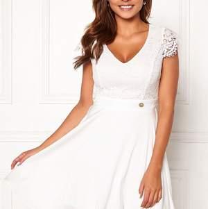 Chiara Forthi princess dress. Vit kort klänning i strl S. Använd 1 gång, nyskick. Köpt från bubbleroom för 600kr, säljs för 250kr. Köparen står för frakten! ⭐️