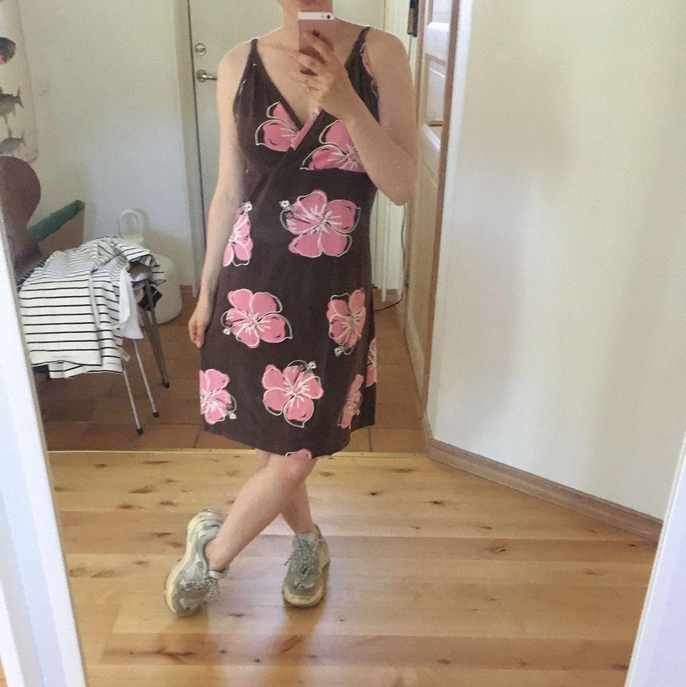 Blommig klänning utan storlek (men uppskattar till s-m). Jag på bilden är 155 cm. . Klänningar.
