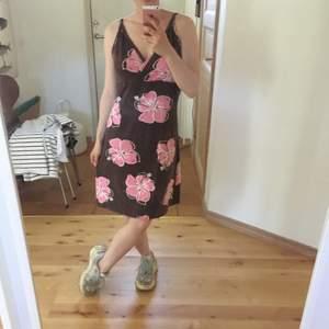 Blommig klänning utan storlek (men uppskattar till s-m). Jag på bilden är 155 cm.