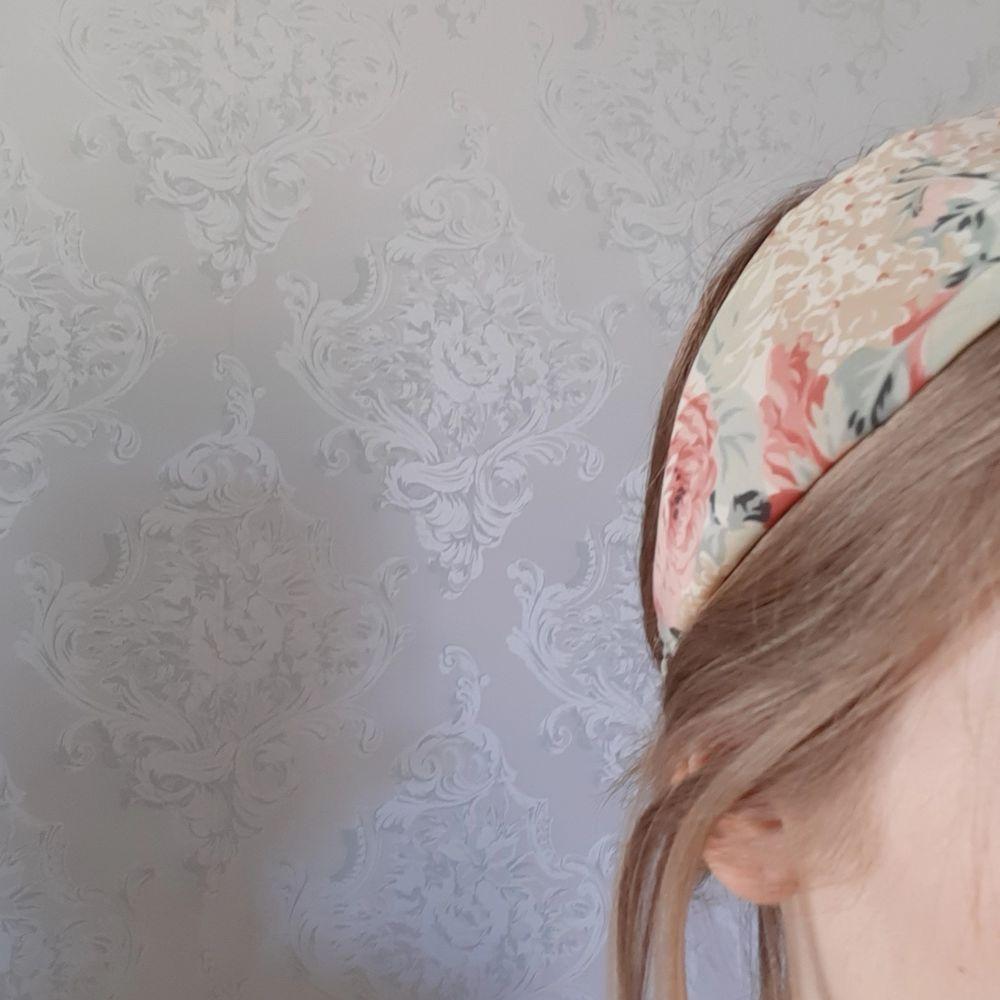 Hårband med fint vintagemönster. Lätt vadderat och med resår i nacken. 40 kr inklusive frakt eller högsta bud! 🌱. Accessoarer.