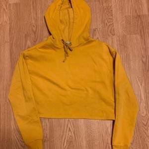 Jättefin färg på en kort mysig hoodie. Tyvärr finns det dock en liten fläck på framsidan men men...