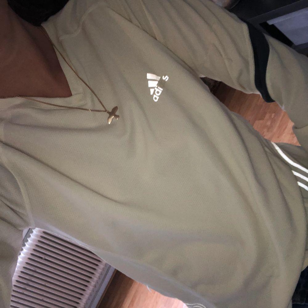 Cool tröja från Adidas. Två av bokstäverna saknas på bröstet. Strl 36!. Huvtröjor & Träningströjor.