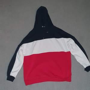 Oversized hoodie från h&m stor och mysig. Fortfarande mjuk inuti. Köparen betalar frakt 88kr:)