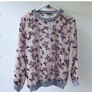 Så snygg tröja i chiffong med fjärilsmönster och snygga detaljer! Köpt i London. Aldrig använd!