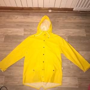 Gul regnkappa i storlek s/m. Säljs för 200kr+frakt
