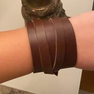 Brett läderarmband i brunt.