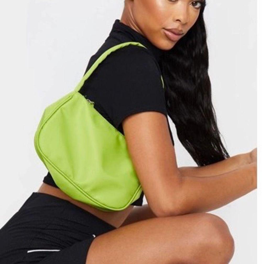 Jättefin grön väska från prettylittlething. Använd ca 3 gånger.. Väskor.