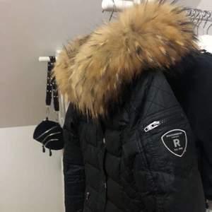 Säljer denna superfina jackan. Använd en 1 vinter. Är i ett väldigt bra skick. Storlek 34 med en äkta avtagbar päls. Passar perfekt nu till vintern då den håller dig varm oavsett väder🥰