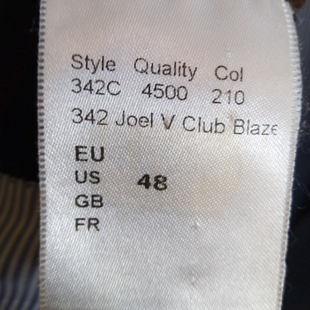 Så snygg 😍 kavaj/blazer från Oscar Jacobson, väldigt bra passform, använd vid ett tillfälle sen har gubben min växt ur den 😅 så nu hänger den bara i klädförrådet och väntar på en ny ägare 😉. Den är helt svart och fodret är vitt och blått kritit med bruna detaljer vid innerfickorna. Den är perfekt att glänsa med i sin stilrenhet, bara ett par jeans och en snygg piké till så är det klart 👌 Passar överallt, olika tillställningar, fest och bröllop 💯  Den är köpt på CareOfCarl för 3499kr och den är som ny 🌟 så passa på, säljer den endast för 500kr 😃 storlek 48/M Finns i Västerås 🌸. Kostymer.