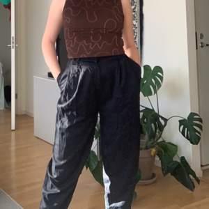 Jättenajs kostymbyxor från Weekday med pösig passform!! Tyvärr för små för mig