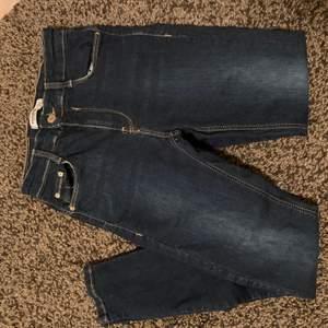 Tighta jeans med pushup för rumpan. Använda endast 1 gång. Slutar ovanför anklarna. Jag är 170 cm lång.