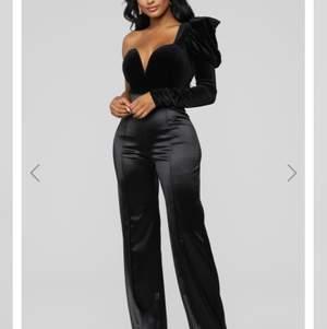 Säljer dessa fina satin pants från fashionnova eftersom de är för stora för mig.