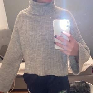 En stickad polo tröja ifrån h&m, storlek S men skulle passa en Xs också. Nypris-199 mitt pris-95