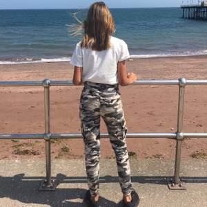 Camouflage byxor från Madlady. Säljs pga av blivit för små. I bra skick förutom att knappen till ena fickan ramlat av. Skriv om ni har frågor/funderingar. Priset går att diskutera